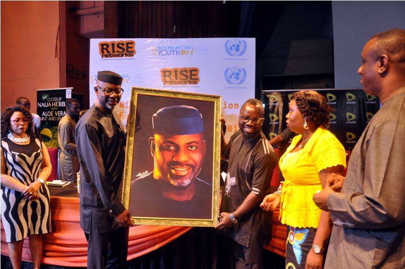 James 'Abinibi' Alabi - Art director, abinibi multimedia presenting a portrait to Sen. Liyel Imoke (CON) - Exec. Gov. of Cross River State at the #RISEUNIYD2014 Event.