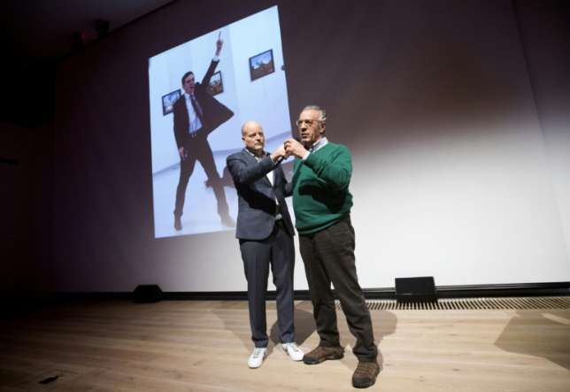Winner of the World Press Photo 2016, photographer Burhan Ozbilici (R), with Managing Director of the World Press Photo Foundation Lars Boering during the announcement of the World Press Photo prizes in Amsterdam, on February 13, 2017 (ANP/AFP/ANP)