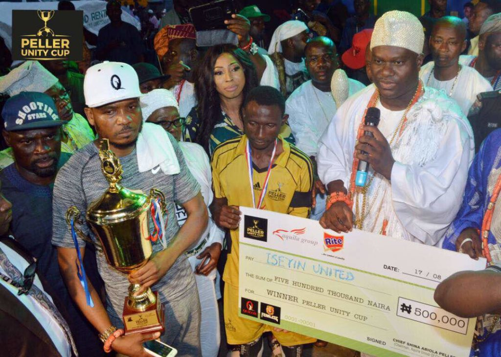 Ooni of Ife Presenting cheque to winner