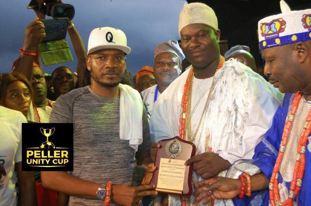 Shina Ooni presenting awards to aseyin